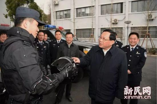 李强在特警总队慰问特警队员。 图片来源:新民网