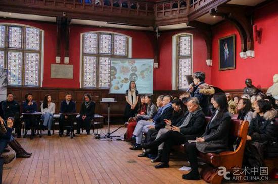 牛津大学学生与嘉宾提问互动