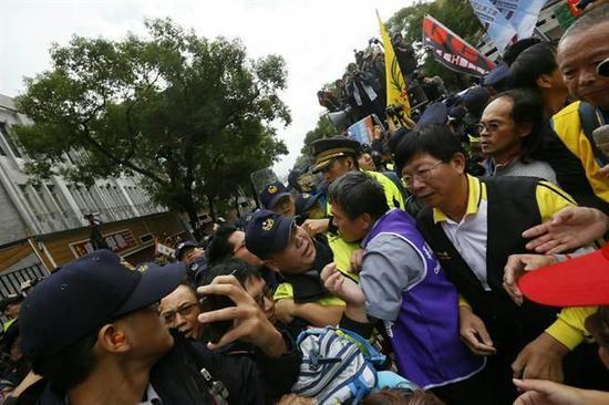 4日劳团成员突然向台立法机构内冲撞,想要突破警方封锁,想进入议事厅,引发冲突。(图源:中时电子报)