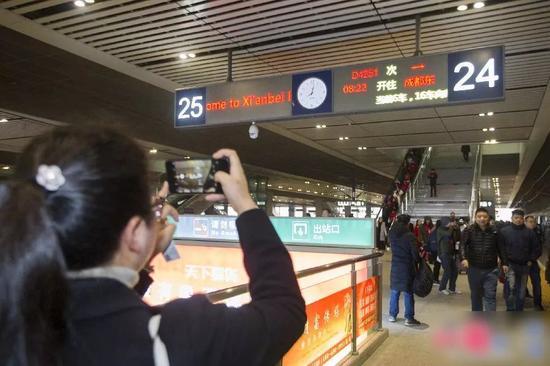 ▲12月6日,西安北站搭车指示牌显示,首趟西成高铁动车组列车——西安北至成都东D4251次将从这里发车。