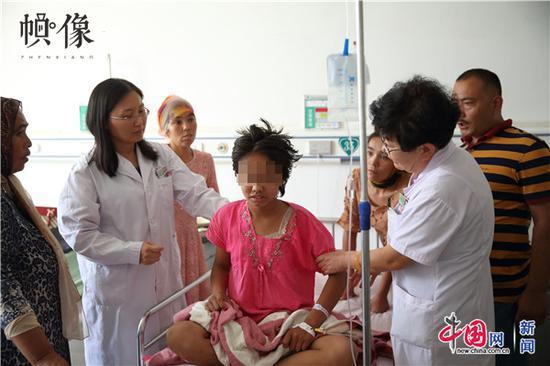 """""""天下儿科医师培训项目""""专家走进病房,为当地儿童患者诊治。中国网记者 陈维松 摄"""