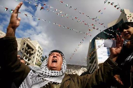 12月7日,约旦河西岸城市纳布卢斯,巴勒斯坦人抗议美国总统特朗普宣布承认耶路撒冷为以色列首都。新华社/法新