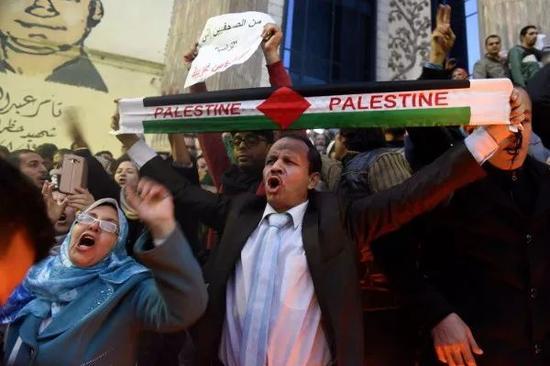 12月7日,埃及民众在首都开罗抗议美国宣布承认耶路撒冷为以色列首都。 新华社记者赵丁喆摄