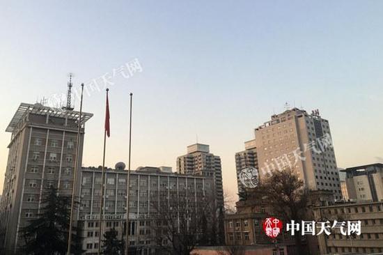 今晨北京天空晴朗,寒意不减。