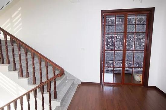 其中三楼一间客房是玻璃门,住在这里的夫妇也不计较,直接在门上挂了帘子住。
