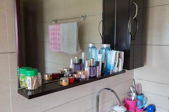 许阿姨的化妆品整齐地放在卫生间的洗手台上,在这栋房子里,每一对夫妇的房间都自带卫生间,这避免了许多不必要的麻烦。