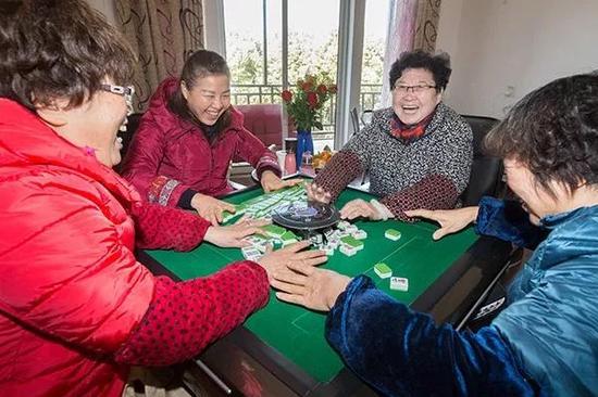 昨天下午2点,四位女士在2楼的棋牌室打麻将,这一局是73岁的房东王阿姨(右2)和了。