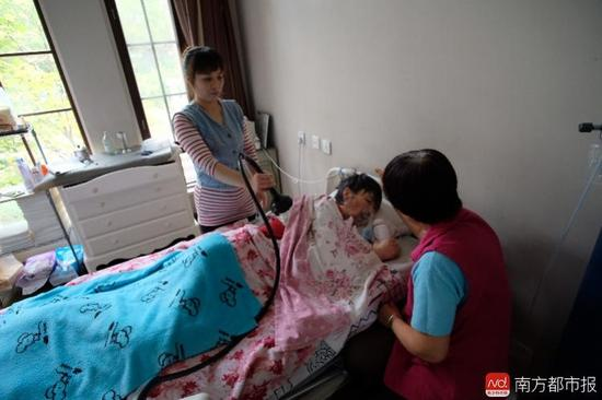 每次排痰,张津华就会癫痫发作,这是她脑部仅有的电信号。(罗逸爵 摄)