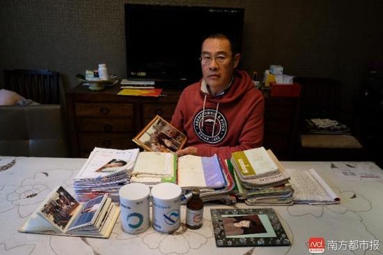 王焕凯及家人这些年照顾张津华做的护理记录。(罗逸爵 摄)