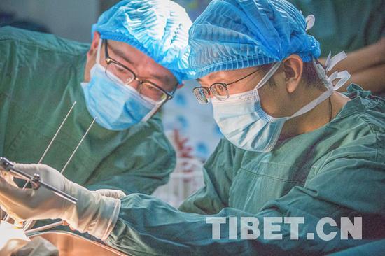 龚晓峰在手术中 摄影:赵耀