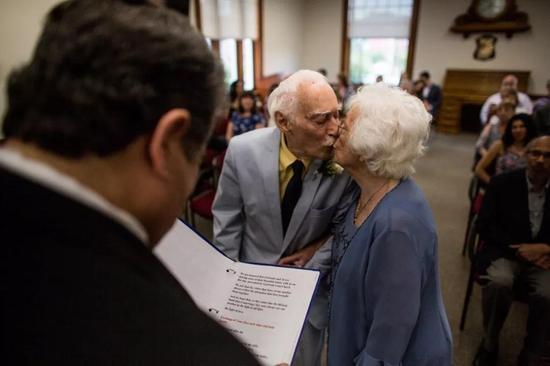 94岁男子娶98岁前女市长:健身房相识女方主动求婚