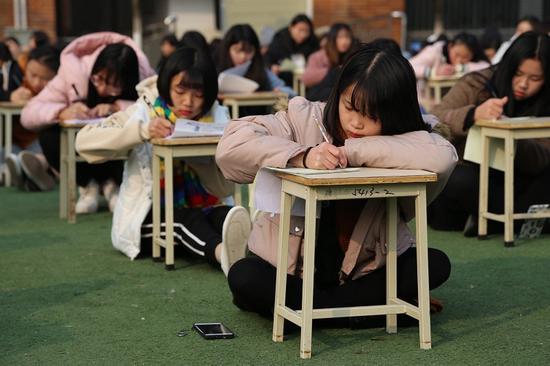 千名学生操场写家书 女生愧疚写信格式都忘了(图)