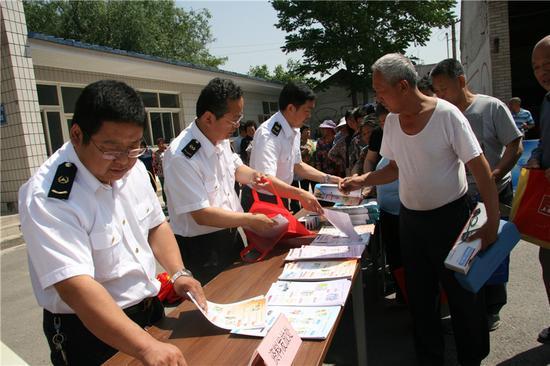 质监局工作人员为村民发送宣传材料