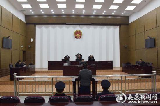 湖南省沅江市人民政府原市长肖胜利滥用职权、受贿、行贿案在娄底中院一审公开宣判。 娄底新闻网 图