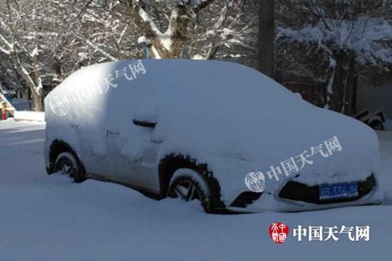 昨天上午,乌鲁木齐积雪达36厘米,汽车轮胎被淹没一半。(图/叶春雷)