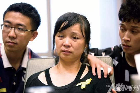 2017年8月22日,美国伊利诺伊州,章莹颖的母叶丽凤、弟弟章新阳(右)、男朋友侯霄霖在一次发布会后表情痛苦