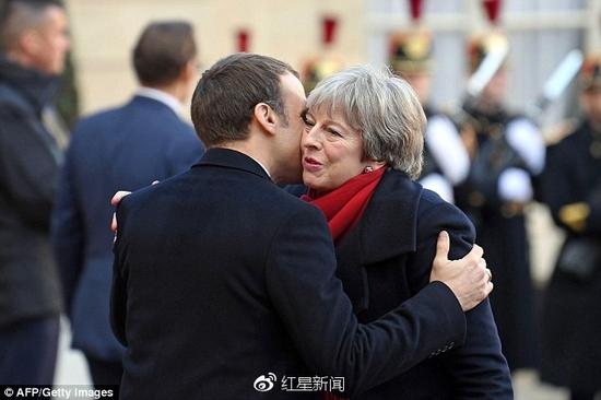 法國總統馬克龍向英國首相特蕾莎。梅行貼面禮