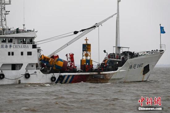 1月3日,吴淞海事局海事巡逻船正在事故海域进行临时航道管理。中新社记者 殷立勤 摄