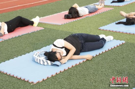 """资料图:女大学生""""睡操场"""",呼吁关注睡眠质量 。刘涌志 摄"""