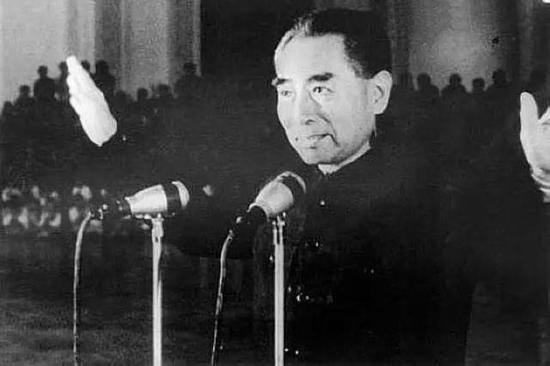 1965年7月,周恩来视察新疆。