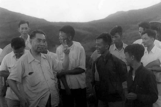 1958年9月,周恩来在唐山开滦唐家庄矿井与矿工在一起。