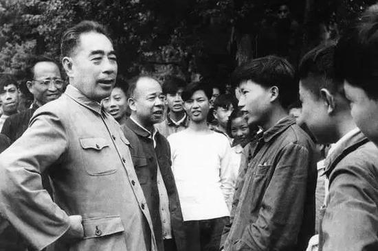 1962年6月,周恩来视察国营齐齐哈尔和平机器厂。