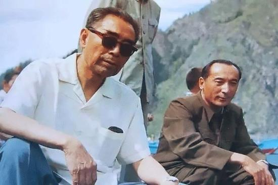 1966年3月9日,河北邢台地震的第二天,周恩来到震灾区视察并慰问群众。
