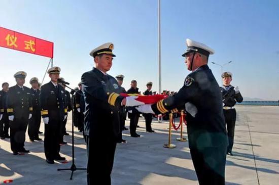 时任北海舰队司令员的张文旦(左)授旗