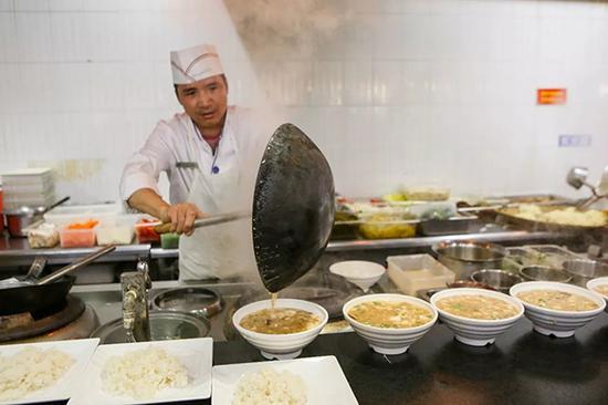 1995年,何师傅来到浙江工业大学,1998年返乡工作,14年后回到工大。
