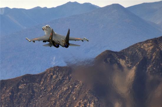 中国空军战机进行对抗训练(资料照片)。陈庆顺 摄