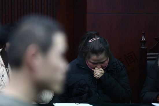 图中女士为被害者家属 摄/法制晚报·看法新闻记者 杨小嘉
