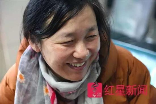 ▲方志英露出欣慰的笑容。图片来源红星新闻