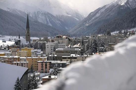 △达沃斯是阿尔卑斯山下的小镇