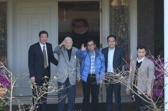 1月15日,陈水扁公然登门为李登辉祝寿,图为二人挥手。(图片来源:台媒)