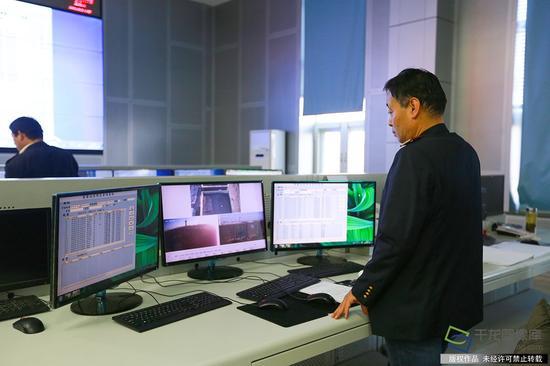 """在丰台西站的指挥切换位置,工作人员调度不同的乳胶查看车辆视频,""""我个视频大厅图片"""