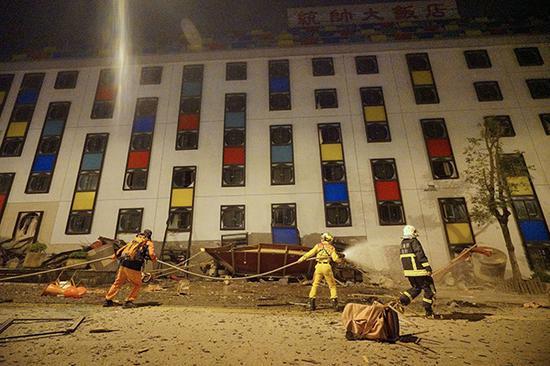 2018年2月7日,花莲,救援人员在地震废墟中搜救。视觉中国 图