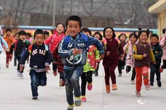 2017年3月29日,积石山县刘集乡刘集幼儿园的小朋友在室外奔跑玩耍。新华社记者 陈斌 摄
