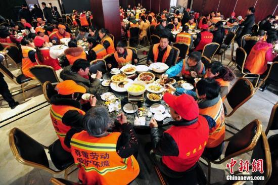 资料图:一餐厅宴请该县397位环卫工人吃饭。邓龙华 摄