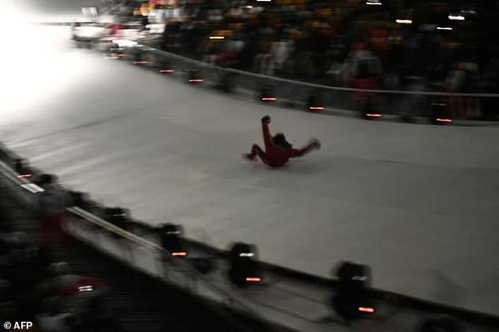 韩男子闯冬奥会开幕式舞台:滑下冰道后被