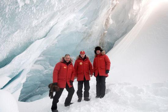 2017年3月29日,俄罗斯总统普京(中)登北极岛屿检查清污工作。新华社/路透