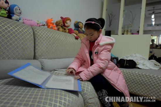 从女儿三岁开始,这样的请假条夫妻俩已经写了19张。摄影 苏杭