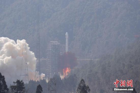 """资料图:2月12日13时03分,中国在西昌卫星发射中心用长征三号乙/远征一号运载火箭,以""""一箭双星""""方式成功发射第二十八、二十九颗北斗导航卫星。中新社记者 梁珂岩 摄"""