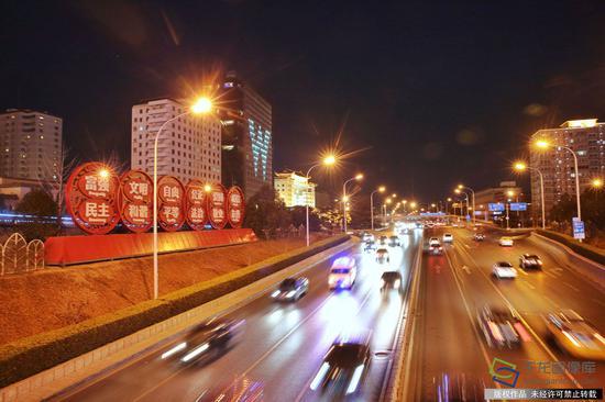 据来自北京市城管委的消息,从2月14日晚开始至2月21日,每天18时至24时,全市将按重大节日等级开启景观照明设施,2月15日(除夕)关灯时间则会延迟至次日凌晨1时。图为建国门桥附近的社会主义核心价值观主题宣传景观(2月14日摄 文字来源:北京晚报 图片来源:tuku.qianlong.com)。千龙网记者 李贺摄
