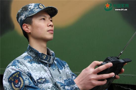 下士朱剑:过年不能回家,不是不想父母,只是这身军装,要承载太多别离和等待的年华。这是一种光荣,这是一种骄傲,这就是当兵的义务和责任,是军人的使命!