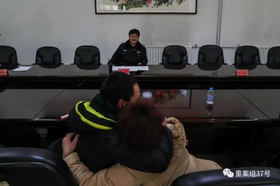 ▲2月15日,除夕,北京市沐林教育矫治所服刑人员小林被批准离监探亲三日,小林父母一同前来接他回家,一见面母亲和儿子就拥抱在一起。新京报记者 彭子洋 摄
