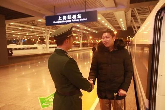 图说:在虹桥火车站,王隆宇(右)与徐剑勇话别。王志鹏 摄
