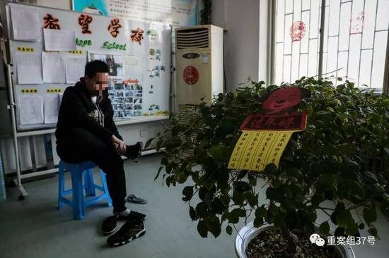 ▲2月15日,除夕,小林走出矫治所前,将囚服换下。新京报记者 彭子洋 摄