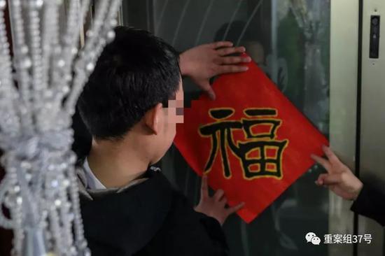 ▲2月15日,除夕,小林回到家后和母亲一起贴福字。新京报记者 彭子洋 摄
