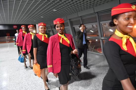 2017年4月13日,在肯尼亚蒙内铁路内罗毕南站,列车乘务员结束工作后离开。新华社记者孙瑞博 摄