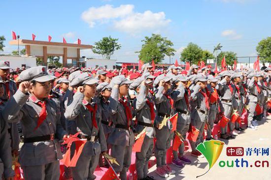 2017年7月27日,在中国工农红军揭阳潭王蓝康红军小学授旗授牌仪式中,学校全体少先队员向党和祖国进行宣誓。中国青年网记者 李川 摄